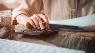 お金を計算する人